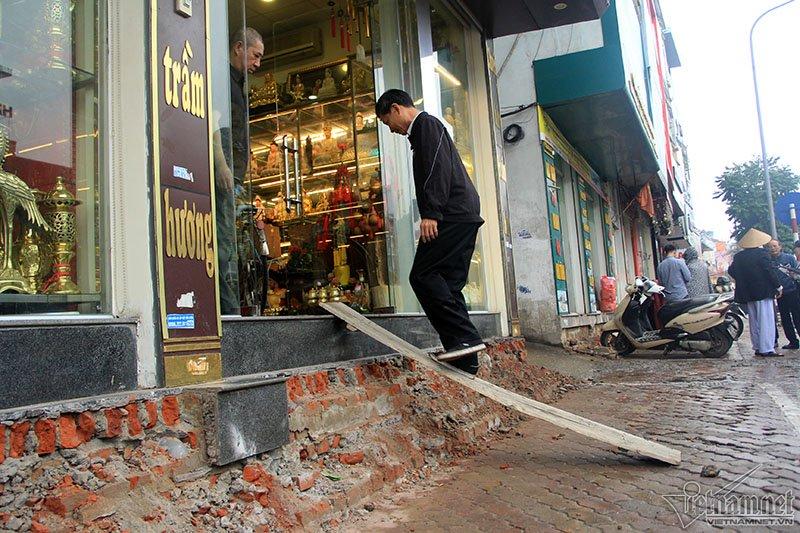 Hà Nội: Bắc ghế, kê bao tải trèo vào nhà - Ảnh 10.