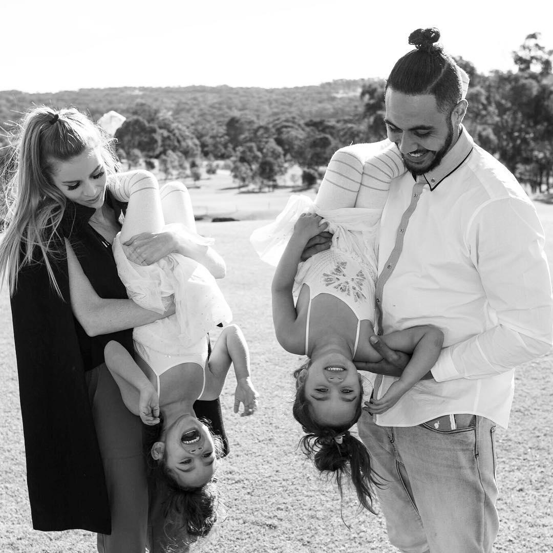 Gia đình nhà người ta: Bố đẹp, mẹ xinh, con cũng đáng yêu như thiên thần - Ảnh 1.