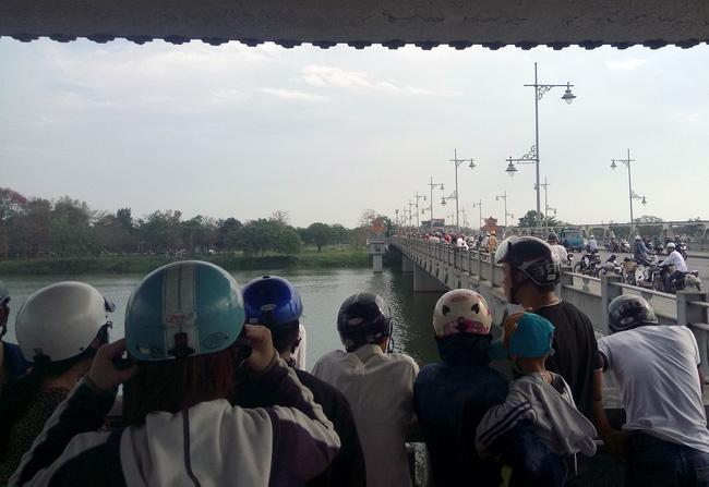 Nam thanh niên bất ngờ lao xuống sông Hương tự tử - Ảnh 2.