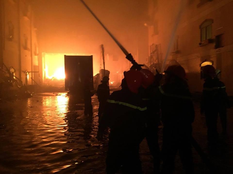 Vụ cháy nhà xưởng công ty may ở Cần Thơ: Thiệt hại 6 triệu USD, chủ doanh nghiệp ngất xỉu tại hiện trường - Ảnh 1.