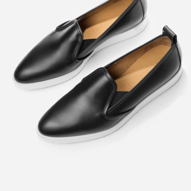 Đôi loafer da của Gigi Hadid có gì đặc biệt mà tới 10.000 người đặt gạch chờ mua? - Ảnh 2.
