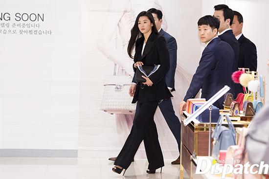 Hết gây xôn xao với nhà 650 tỉ, Jeon Ji Hyun lại xuất hiện như bà hoàng giữa dàn vệ sĩ hùng hậu - Ảnh 1.