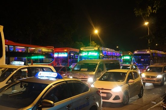 Bến xe Sài Gòn kẹt cứng lúc 2h sáng, khách vật vờ tìm đường về - Ảnh 1.