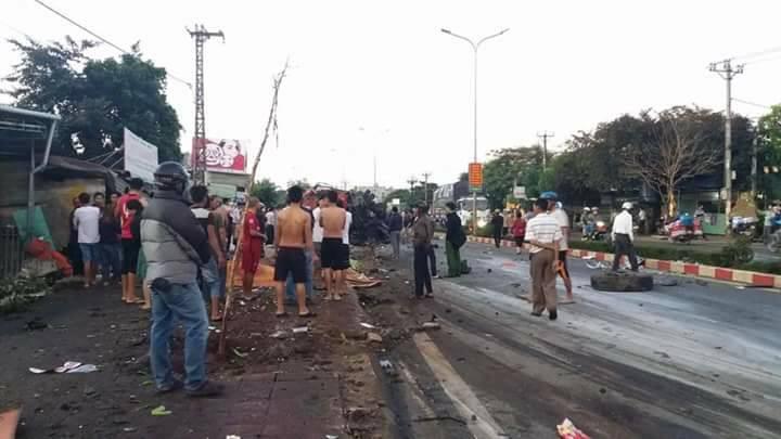 Clip: Hàng chục người lao ra giải cứu nạn nhân bị mắc kẹt trong xe khách biến dạng ở Gia Lai - Ảnh 3.