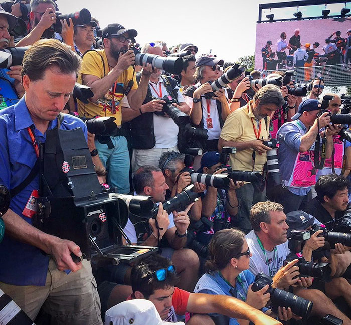 Nhiếp ảnh gia chớp khoảnh khắc của những chiếc xe đua Công thức 1 với chiếc máy ảnh 104 tuổi, và đây là kết quả - Ảnh 1.