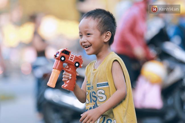 Phía sau câu chuyện Cậu bé xếp giày: Cách mà người làm từ thiện đã cùng chị Linh, bé Đạt vượt qua giai đoạn được săn đón! - Ảnh 3.
