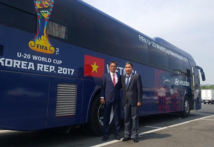 Tuyển thủ U20 Việt Nam như tài tử điện ảnh đổ bộ Cheonan - Ảnh 2.