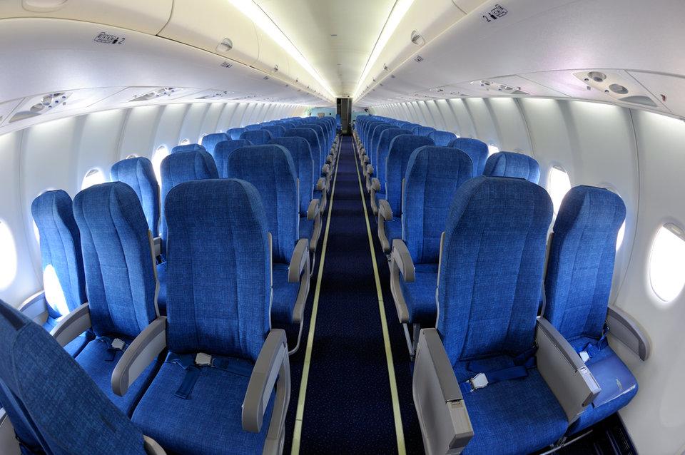 Vì sao nội thất máy bay lại chủ yếu có màu xanh? - Ảnh 1.
