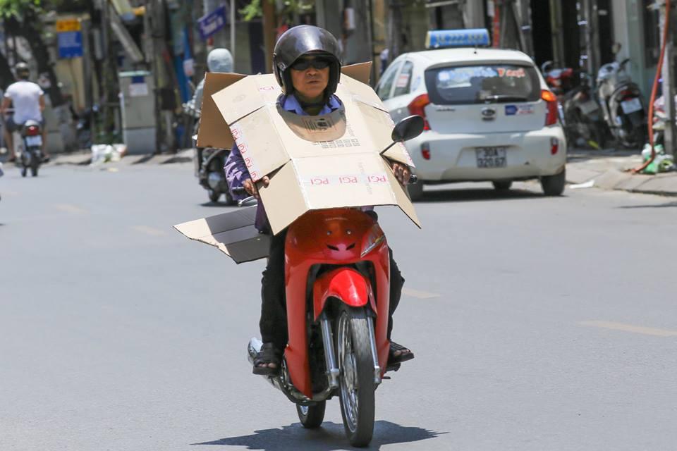 Chùm ảnh: Nghìn lẻ một chiêu thức bá đạo người dân Hà Nội đối phó với nắng nóng đỉnh điểm - Ảnh 1.