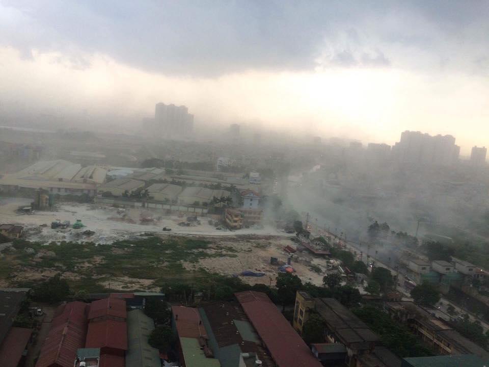 Chùm ảnh: Bão bụi ngập trời ngày Hà Nội đón trận giông đầu tiên sau đợt nóng đỉnh điểm - Ảnh 2.