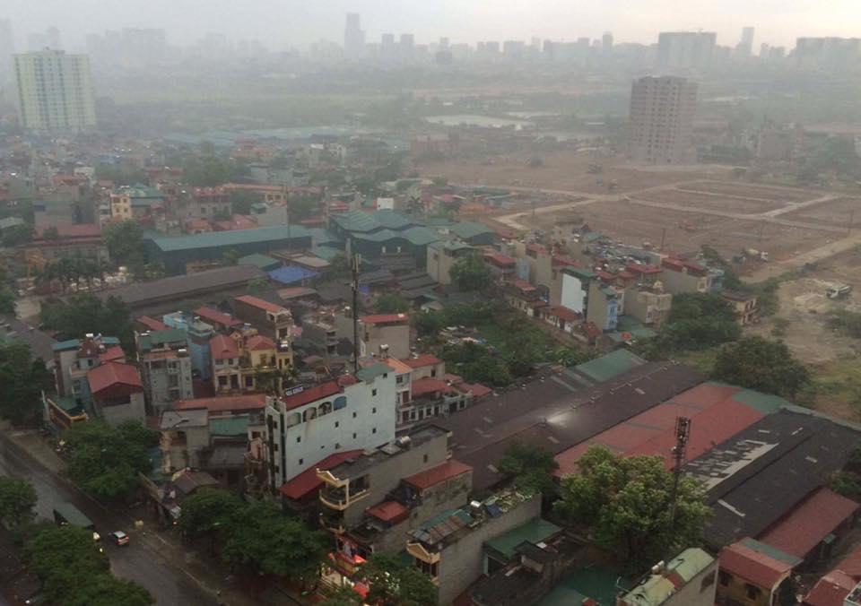 Chùm ảnh: Bão bụi ngập trời ngày Hà Nội đón trận giông đầu tiên sau đợt nóng đỉnh điểm - Ảnh 5.