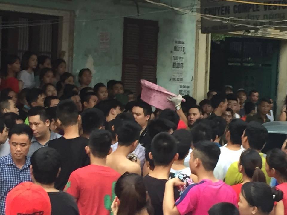 Công an dựng lại hiện trường vụ người mẹ nghi sát hại con đẻ 33 ngày tuổi ở Hà Nội - Ảnh 2.