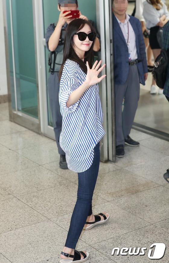 DBSK, SNSD, EXO cùng dàn trai xinh gái đẹp nhà SM đồng loạt đổ bộ, gây náo loạn sân bay - Ảnh 1.