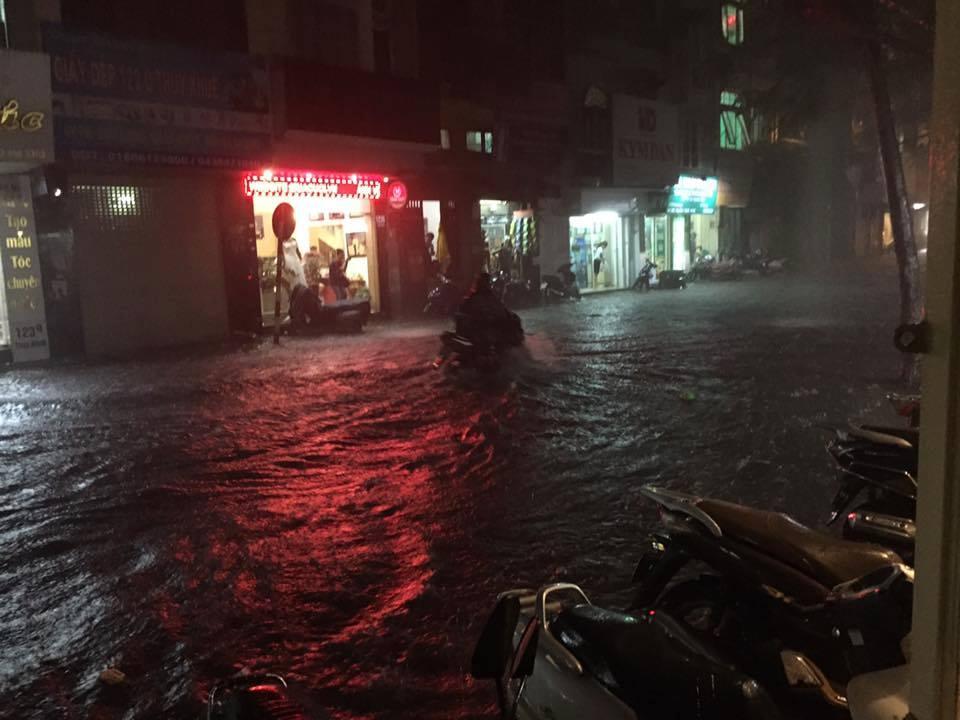 Mưa lớn trút xuống vào giờ tan tầm, ô tô xếp hàng dài trên đường phố Hà Nội - Ảnh 12.
