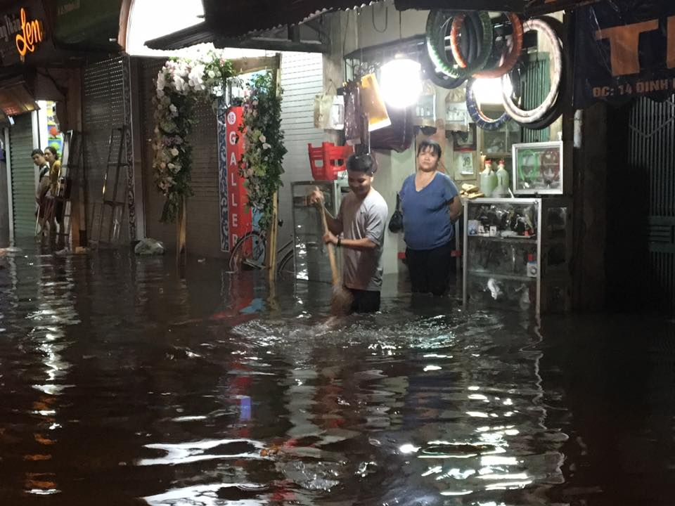 Phố Tây Tạ Hiện ngập kinh hoàng sau mưa lớn, xe máy ngâm nước la liệt! - Ảnh 13.