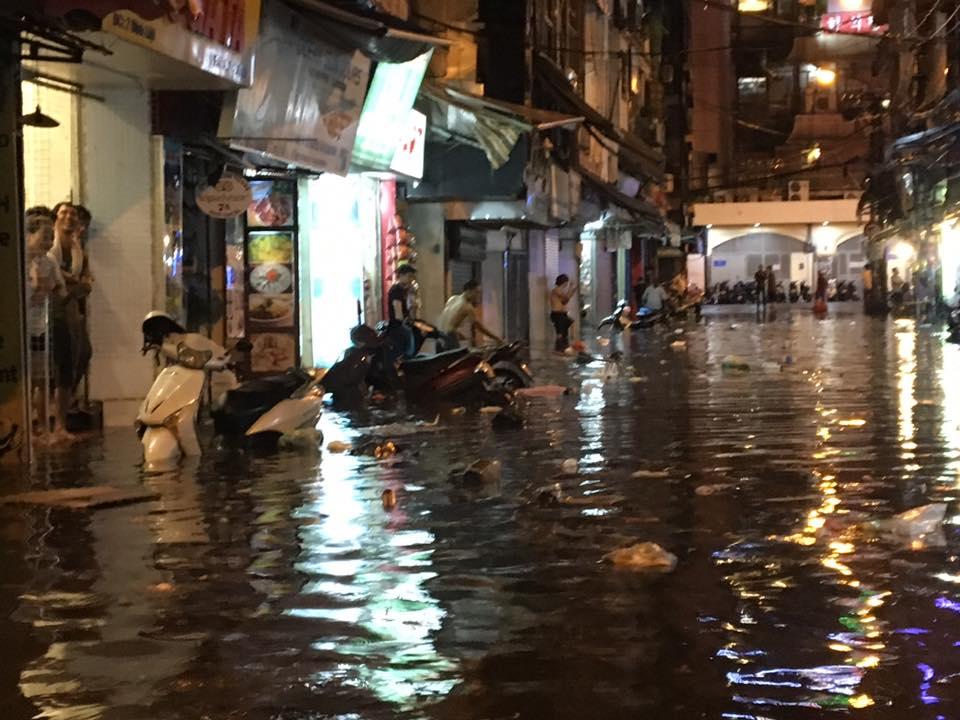 Phố Tây Tạ Hiện ngập kinh hoàng sau mưa lớn, xe máy ngâm nước la liệt! - Ảnh 15.