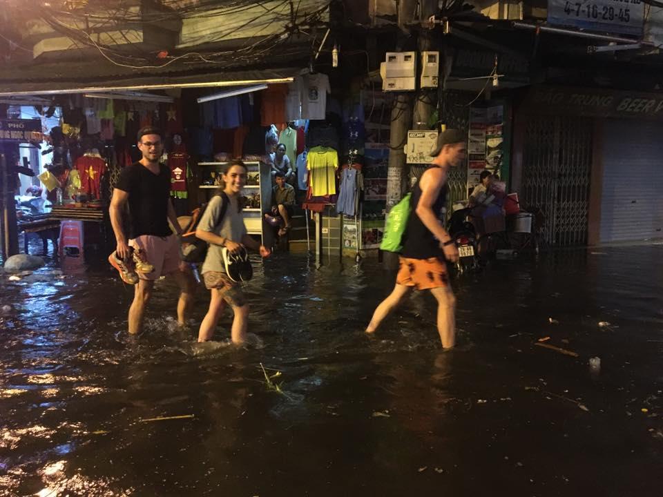 Khách Tây lội nước bì bõm trên phố Tạ Hiện sau trận mưa lớn ở Hà Nội - Ảnh 4.