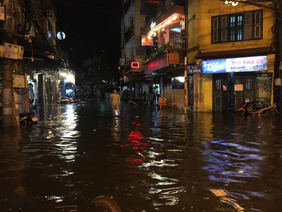 Khách Tây lội nước bì bõm trên phố Tạ Hiện sau trận mưa lớn ở Hà Nội - Ảnh 8.