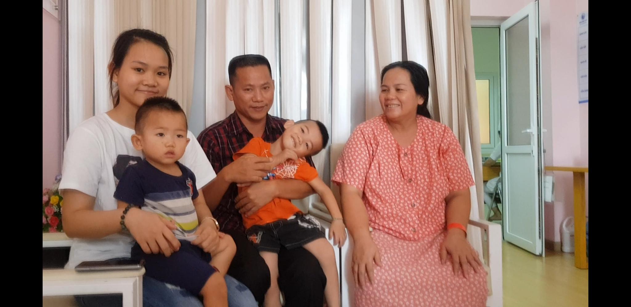 Gặp người phụ nữ đã có 13 con, vào Sài Gòn lại sinh đôi lên 15 đứa: Biết là đông con vất vả nhưng chúng tôi rất vui - Ảnh 1.
