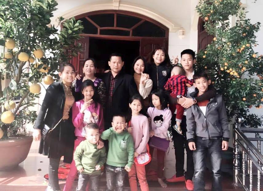 Gặp người phụ nữ đã có 13 con, vào Sài Gòn lại sinh đôi lên 15 đứa: Biết là đông con vất vả nhưng chúng tôi rất vui - Ảnh 2.