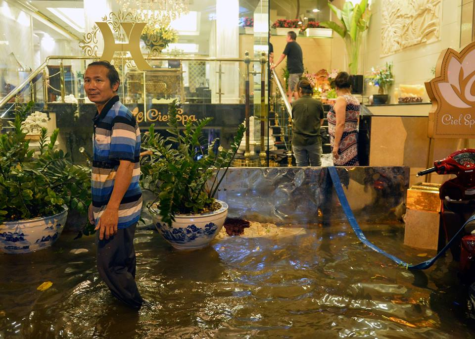 Phố Tây Tạ Hiện ngập kinh hoàng sau mưa lớn, xe máy ngâm nước la liệt! - Ảnh 17.