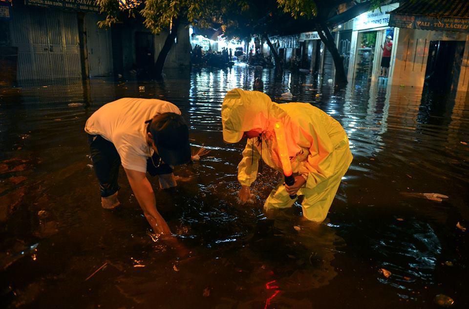 Phố Tây Tạ Hiện ngập kinh hoàng sau mưa lớn, xe máy ngâm nước la liệt! - Ảnh 16.