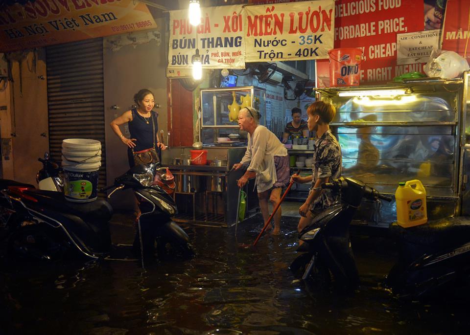 Phố Tây Tạ Hiện ngập kinh hoàng sau mưa lớn, xe máy ngâm nước la liệt! - Ảnh 18.
