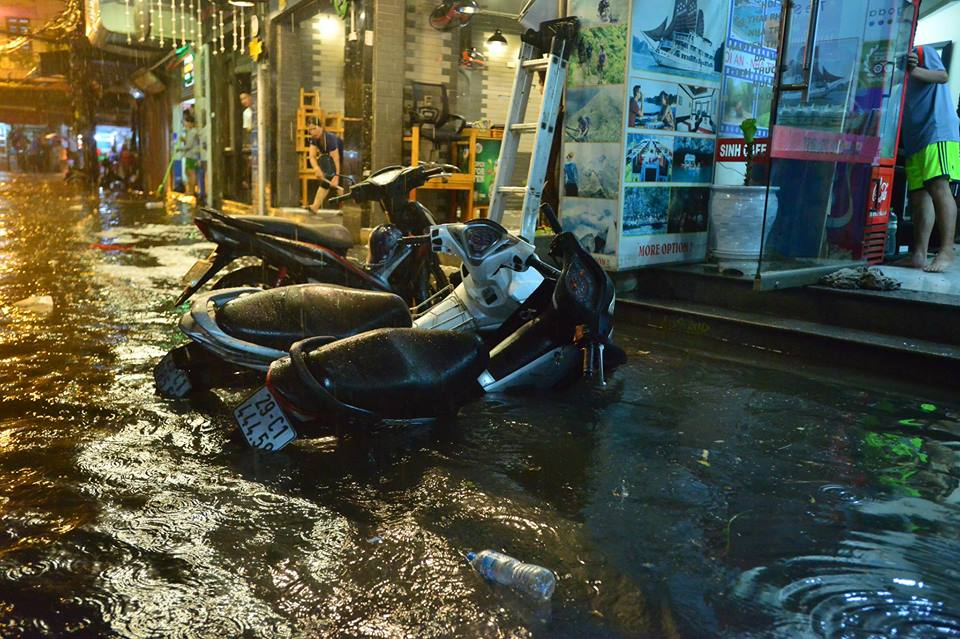 Phố Tây Tạ Hiện ngập kinh hoàng sau mưa lớn, xe máy ngâm nước la liệt! - Ảnh 12.