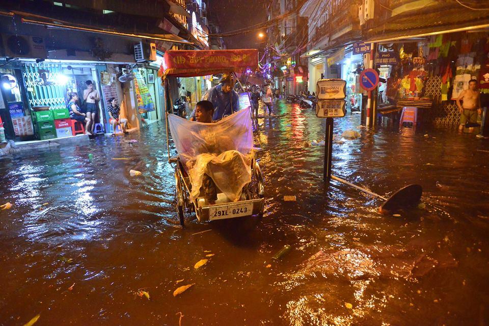 Khách Tây lội nước bì bõm trên phố Tạ Hiện sau trận mưa lớn ở Hà Nội - Ảnh 6.