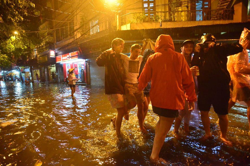 Khách Tây lội nước bì bõm trên phố Tạ Hiện sau trận mưa lớn ở Hà Nội - Ảnh 7.