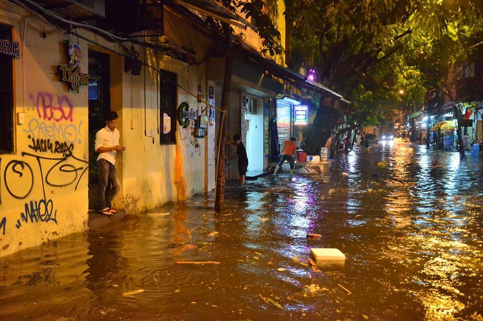 Khách Tây lội nước bì bõm trên phố Tạ Hiện sau trận mưa lớn ở Hà Nội - Ảnh 10.