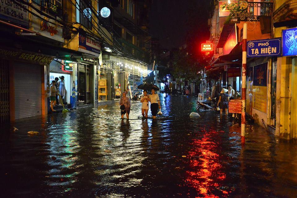 Phố Tây Tạ Hiện ngập kinh hoàng sau mưa lớn, xe máy ngâm nước la liệt! - Ảnh 21.