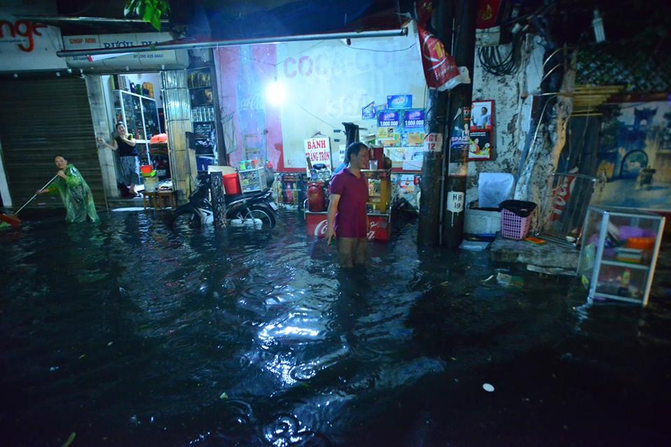 Phố Tây Tạ Hiện ngập kinh hoàng sau mưa lớn, xe máy ngâm nước la liệt! - Ảnh 20.