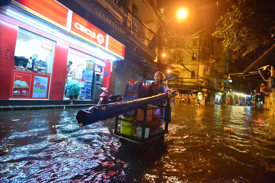 Phố Tây Tạ Hiện ngập kinh hoàng sau mưa lớn, xe máy ngâm nước la liệt! - Ảnh 19.