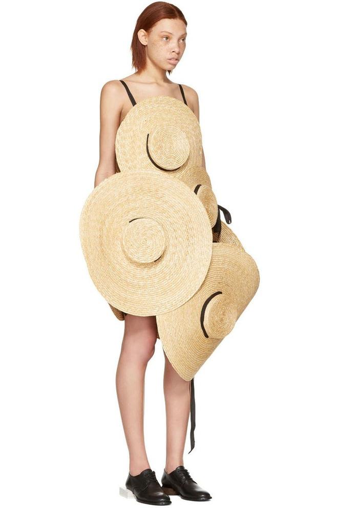 Chỉ ai thừa tiền mới bỏ ra 69 triệu đồng để mua chiếc váy được kết từ mũ cói! - Ảnh 2.