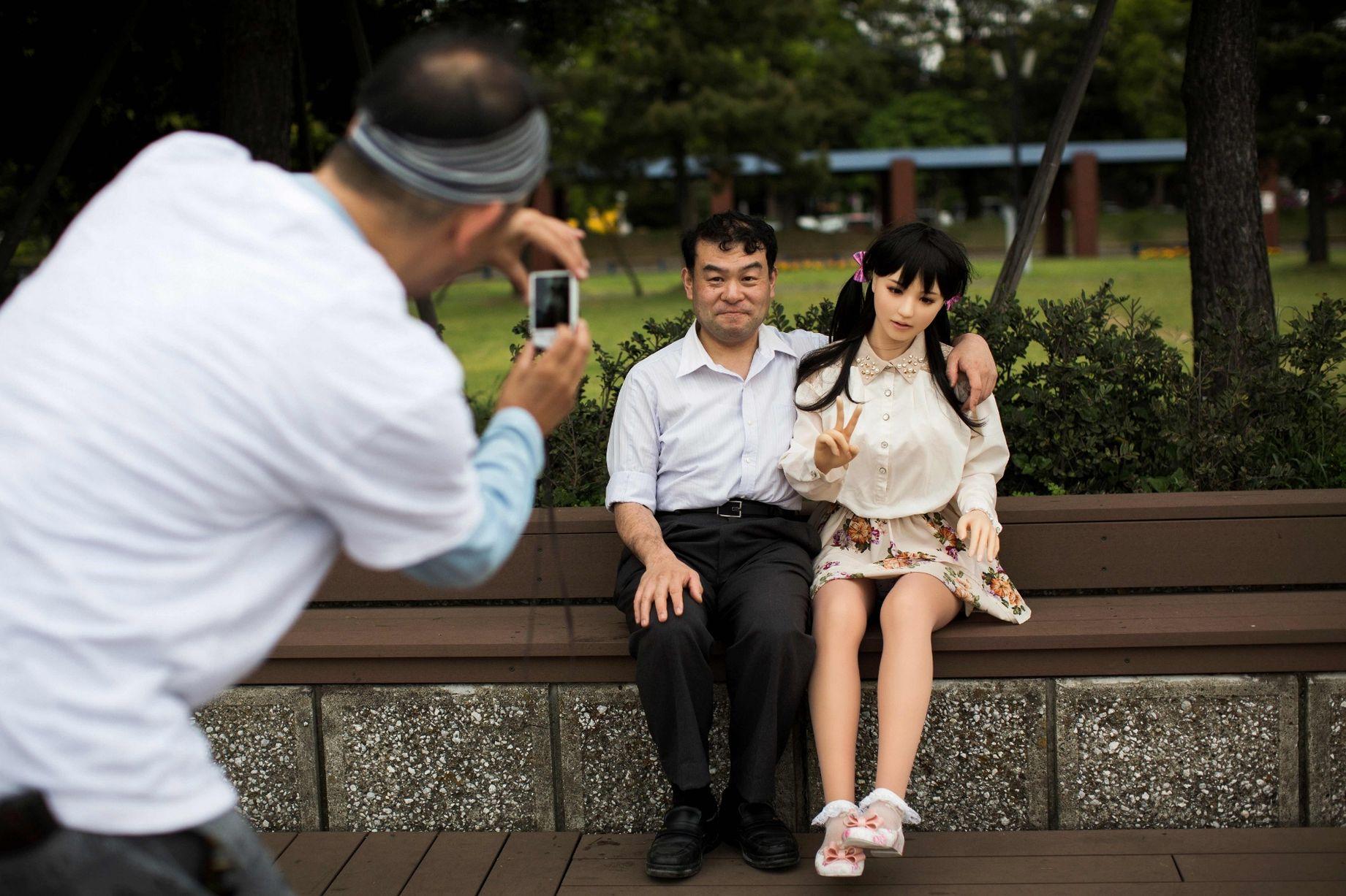 Cuộc sống cô quạnh của đàn ông Nhật Bản bên búp bê tình dục - Ảnh 1.