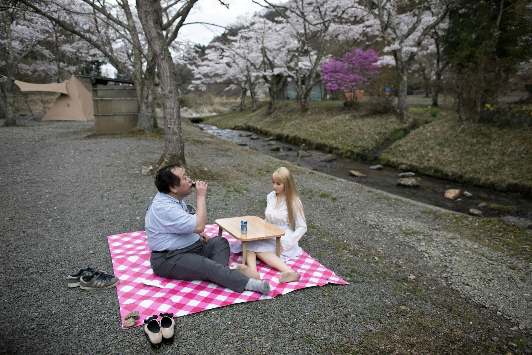 Cuộc sống cô quạnh của đàn ông Nhật Bản bên búp bê tình dục - Ảnh 2.