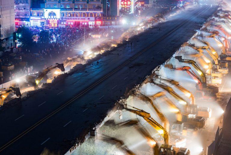 Chỉ sau một đêm, hơn 200 chiếc máy xúc xếp hàng dài đánh sập một cây cầu vượt tại Trung Quốc - Ảnh 2.