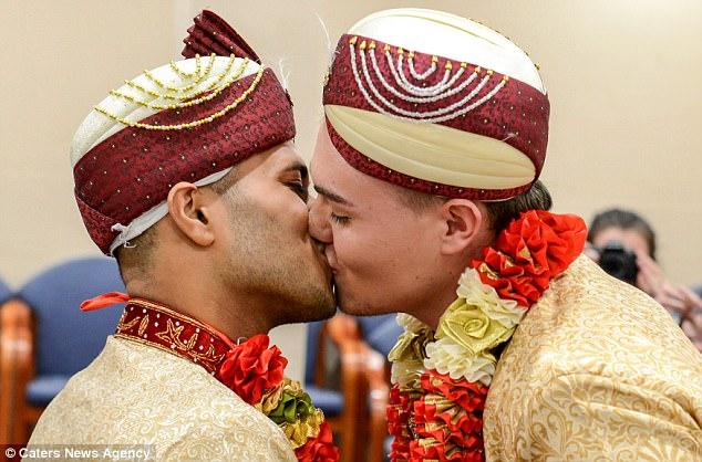 Đám cưới đồng tính Hồi giáo đầu tiên tại Anh: Cặp đôi từng muốn tự tử do bị kỳ thị và bắt nạt - Ảnh 1.