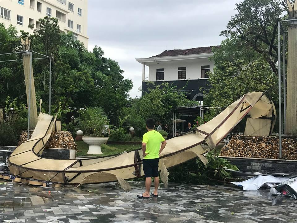 Chùm ảnh: Đường phố TP Vinh - Nghệ An tan hoang sau bão số 2 - Ảnh 2.