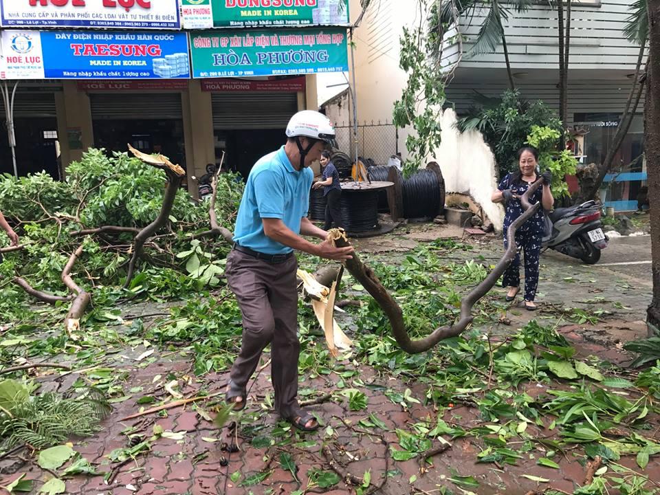 Chùm ảnh: Đường phố TP Vinh - Nghệ An tan hoang sau bão số 2 - Ảnh 9.