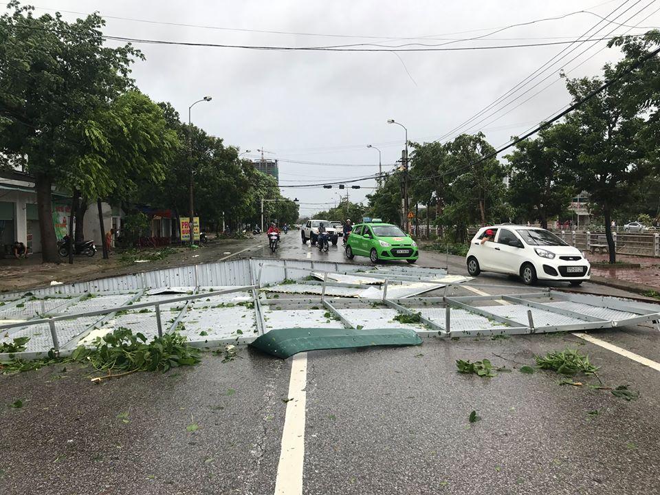 Chùm ảnh: Đường phố TP Vinh - Nghệ An tan hoang sau bão số 2 - Ảnh 11.