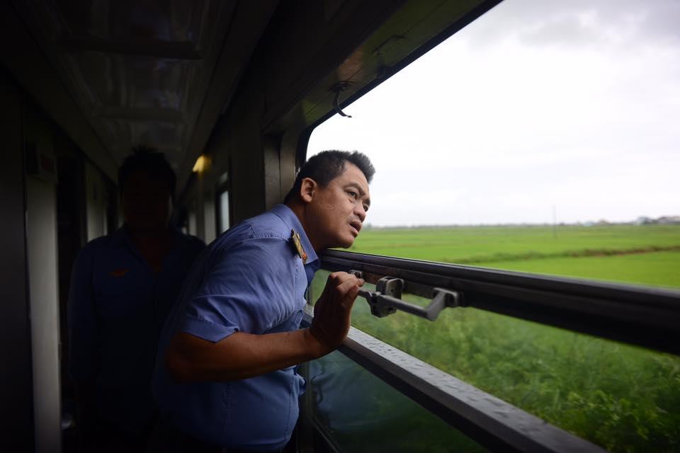 Nhiều chuyến tàu bị ảnh hưởng, phải dừng chuyến khi cơn bão số 2 đi qua - Ảnh 3.