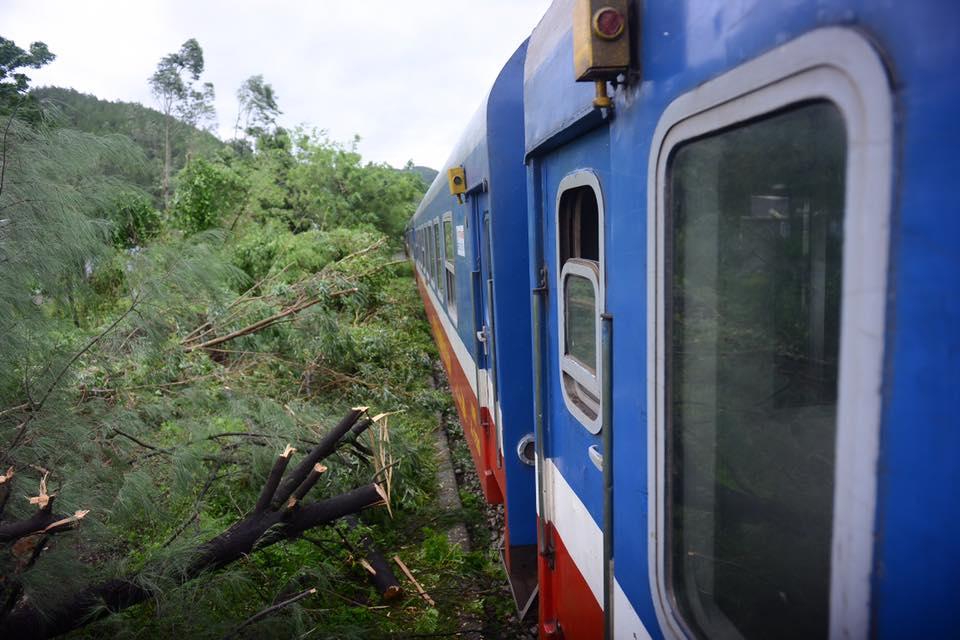 Nhiều chuyến tàu bị ảnh hưởng, phải dừng chuyến khi cơn bão số 2 đi qua - Ảnh 4.