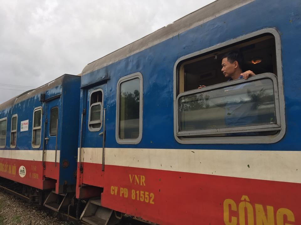 Nhiều chuyến tàu bị ảnh hưởng, phải dừng chuyến khi cơn bão số 2 đi qua - Ảnh 8.