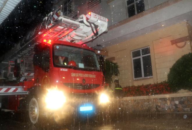 Giải cứu 7 người bị mắc kẹt trên tầng thượng trong cơn bão số 2 - Ảnh 3.