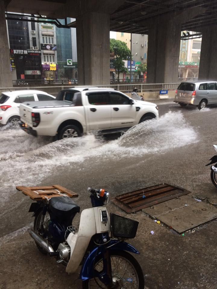 Ảnh hưởng của bão số 2: Hà Nội mưa lớn kéo dài, nhiều tuyến phố chìm trong biển nước - Ảnh 18.