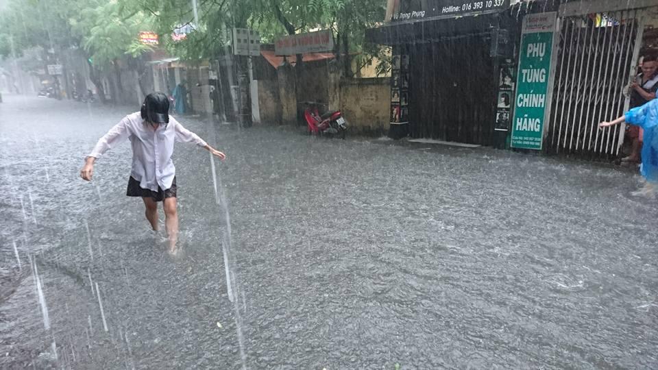 Ảnh hưởng của bão số 2: Hà Nội mưa lớn kéo dài, nhiều tuyến phố chìm trong biển nước - Ảnh 8.