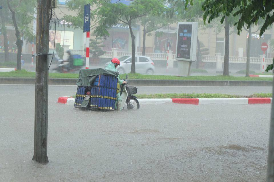 Ảnh hưởng của bão số 2: Hà Nội mưa lớn kéo dài, nhiều tuyến phố chìm trong biển nước - Ảnh 7.