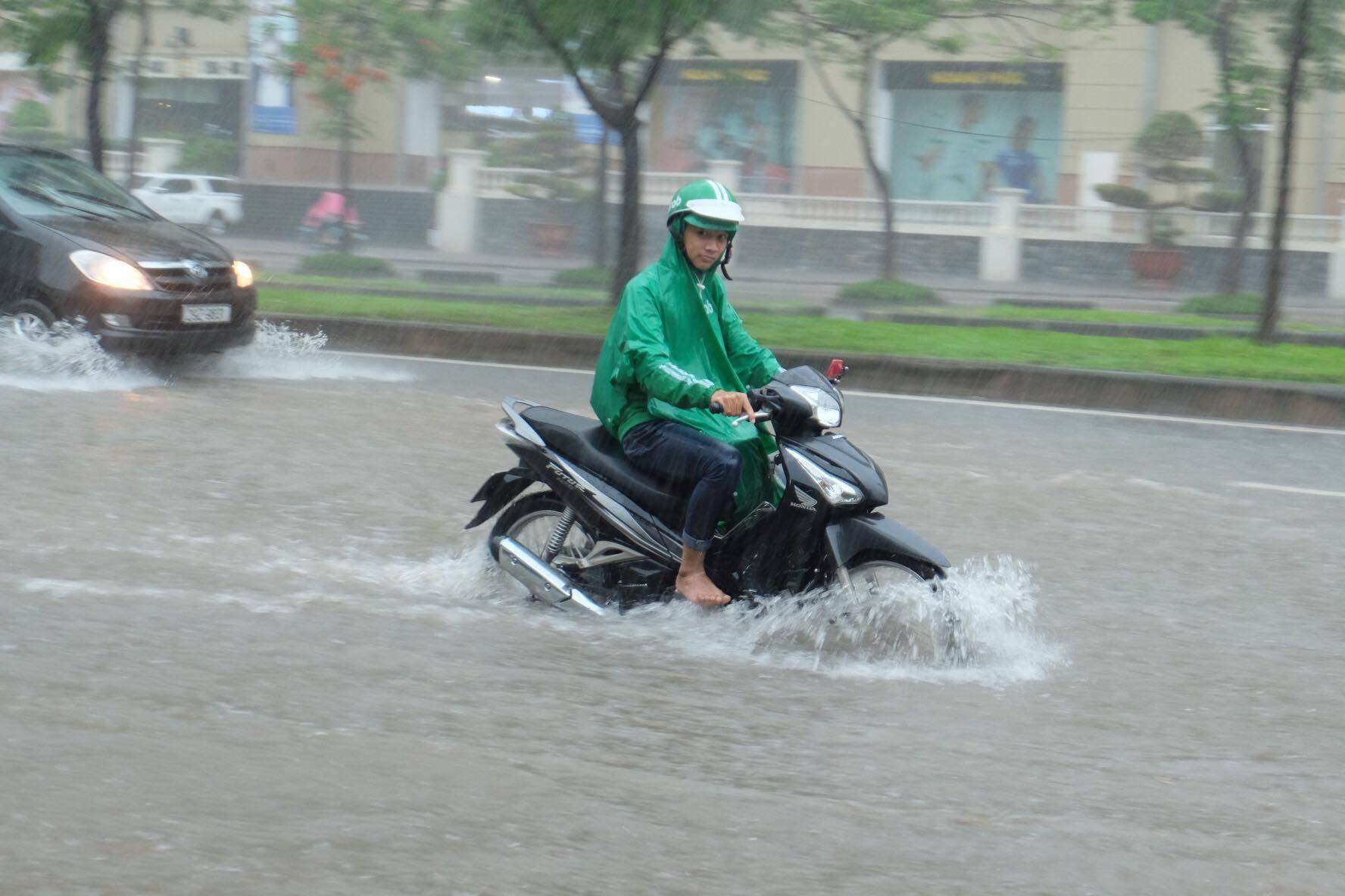 Ảnh hưởng của bão số 2: Hà Nội mưa lớn kéo dài, nhiều tuyến phố chìm trong biển nước - Ảnh 9.